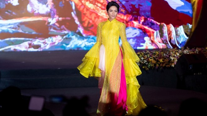 Hoa hậu H'Hen Niê gây ngạc nhiên khi mặc áo dài tự lái xe máy đi trình diễn áo dài