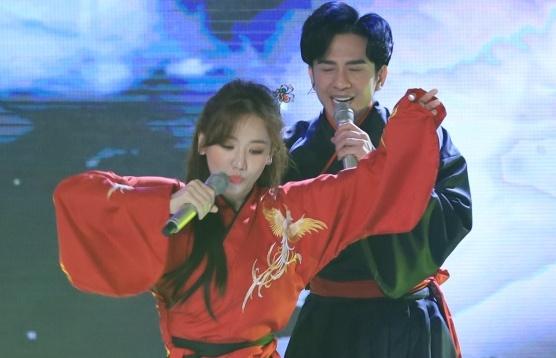 Tập 1 'Bài hát đầu tiên': Đan Trường gây 'choáng' với vẻ ngoài 'hack tuổi' hát cùng Hari Won