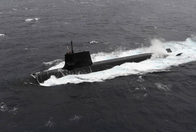 Tàu ngầm Nhật Bản va chạm với tàu tư nhân
