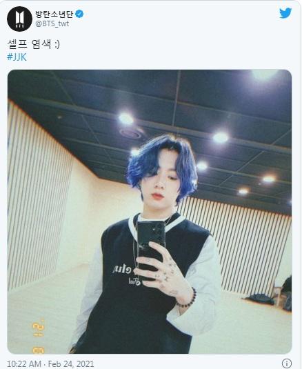 Jungkook, Jungkook BTS, Jungkook tóc mới, Jungkook tóc xanh biển, Jungkook tóc việt quất, Jungkook tin hay, em út BTS, kẹp tóc Jungkook, Jungkook Twitter