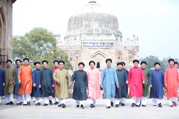 Cán bộ, nhân viên Đại sứ quán Việt Nam tại Ấn Độ diện áo dài ngũ thân Ảnh: ĐSQ Việt Nam tại Ấn Độ cung cấp